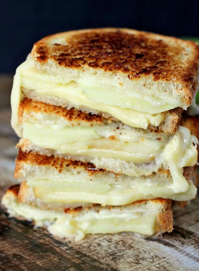 Fall and Winter Grilled Cheese Recipes - Apple and Gouda Grilled Cheese - domesticsuperhero.com | https://www.roseclearfield.com