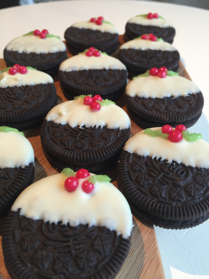 10 Cute Creative Christmas Cookies - 10-Minute No-Bake Christmas Pudding Oreo Cookies | https://www.roseclearfield.com