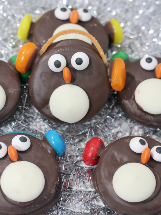 10 Cute Creative Christmas Cookies - Penguin Oreo Cookies | https://www.roseclearfield.com