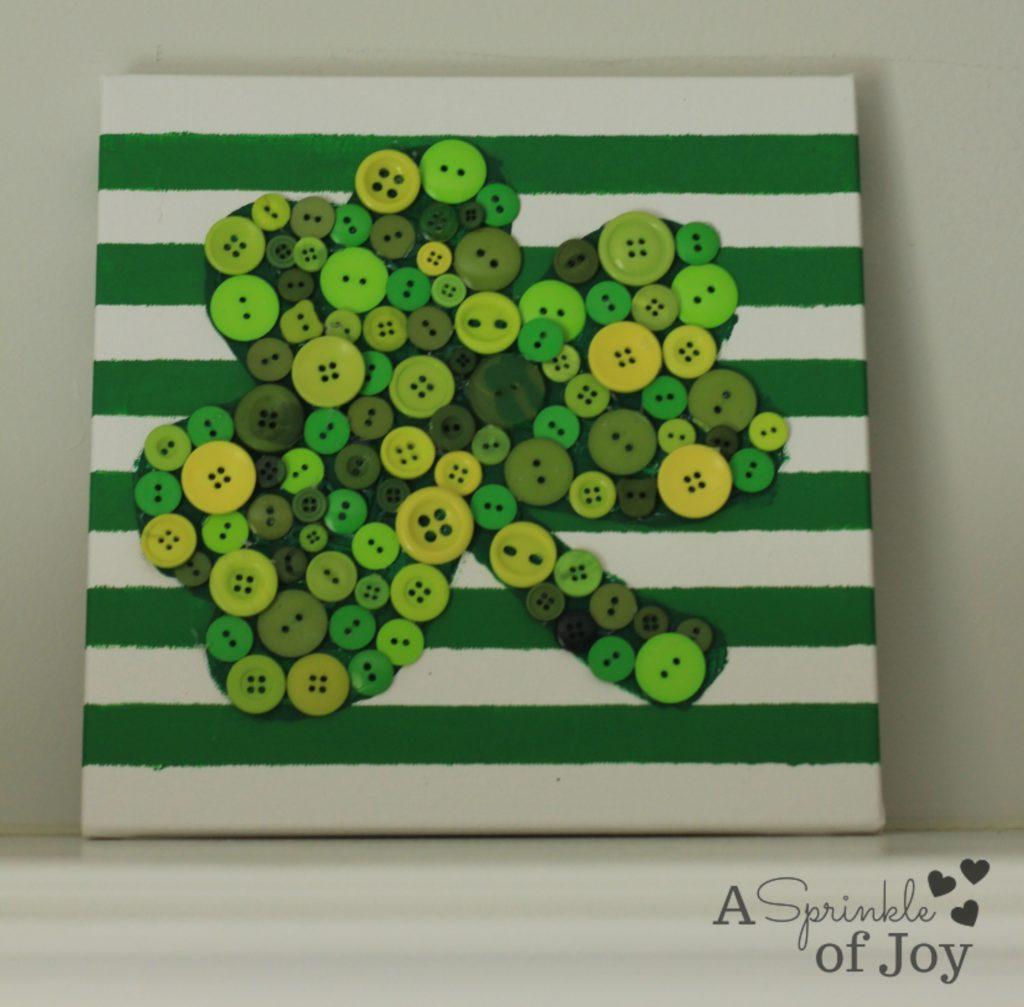 East DIY St. Patrick's Day Decor Ideas - St. Patrick's Day Shamrock Button Wall Art via A Sprinkle of Joy | https://www.roseclearfield.com