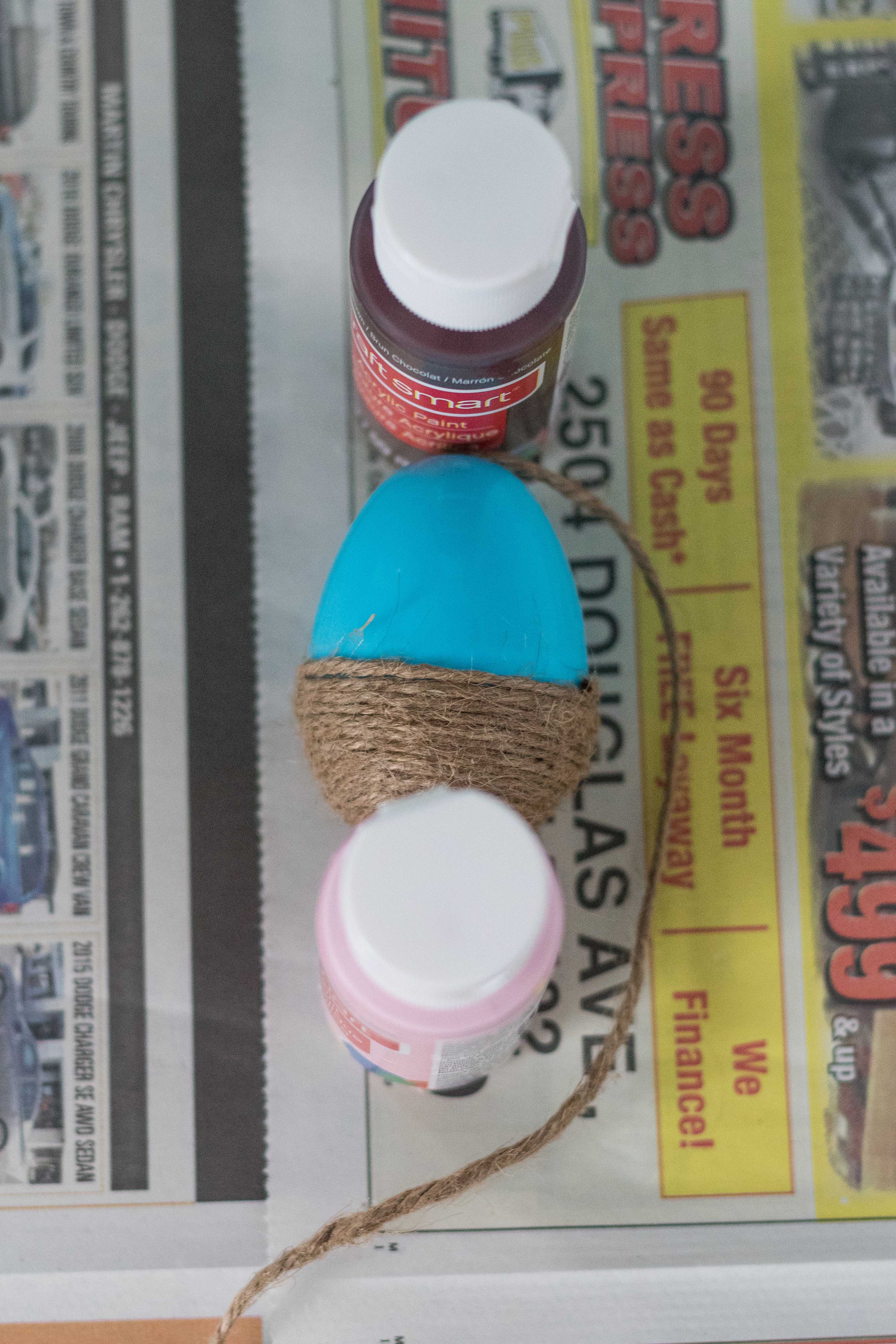 Using the Mod Podge, glue the end of the twine to the base of the egg. Allow it to dry completely.