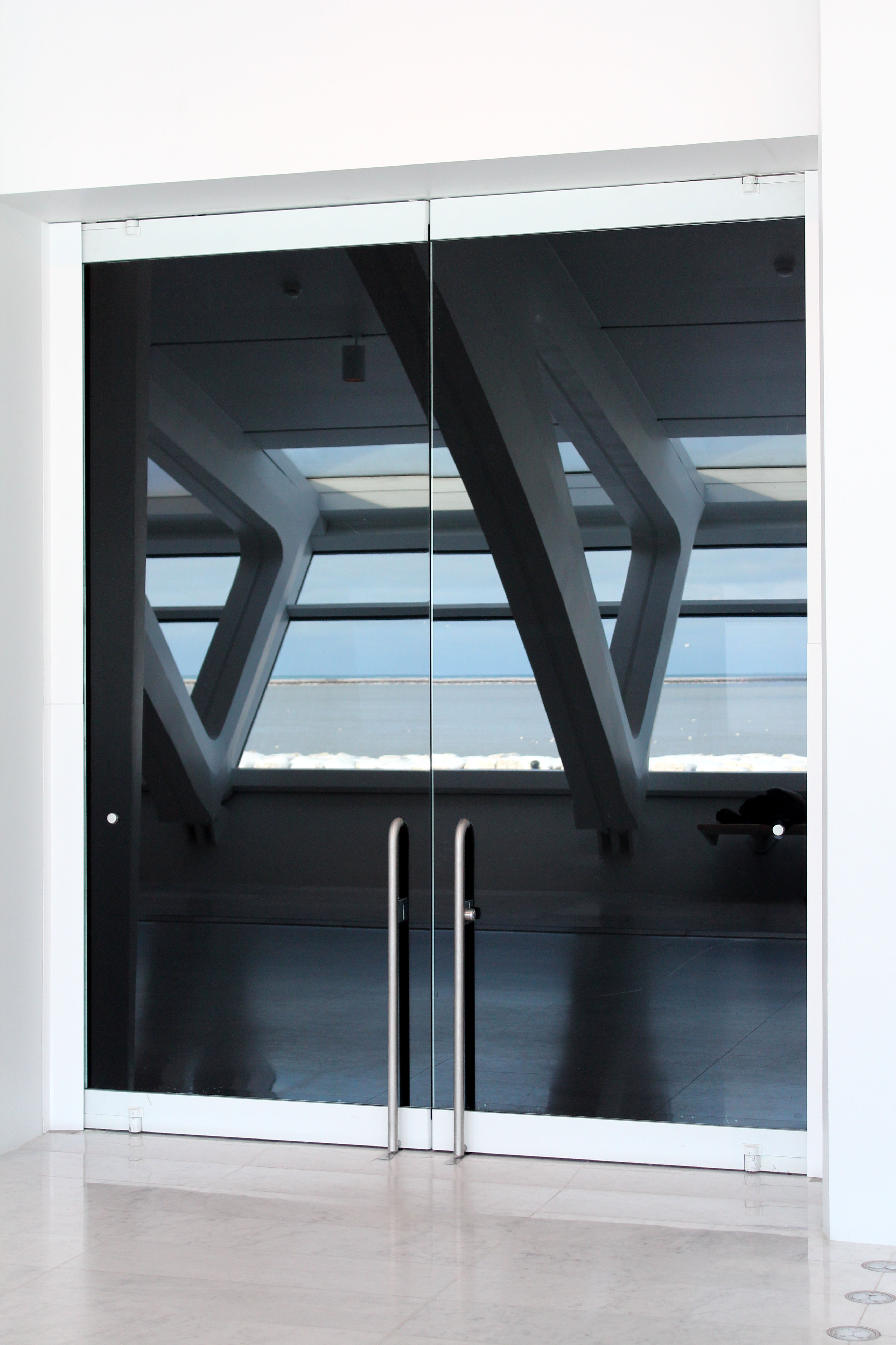 Reflection in Glass Doors at Milwaukee Art Museum | https://www.roseclearfield.com