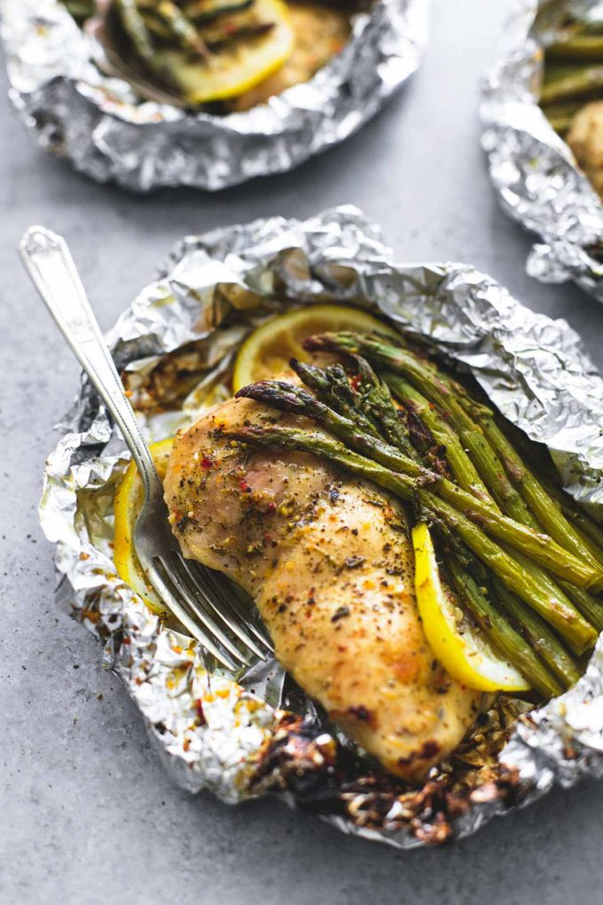 30 Days of Healthy Chicken Dinner Recipes - Lemon Chicken Asparagus Foil Packs via Le Creme de la Crumb | https://www.roseclearfield.com