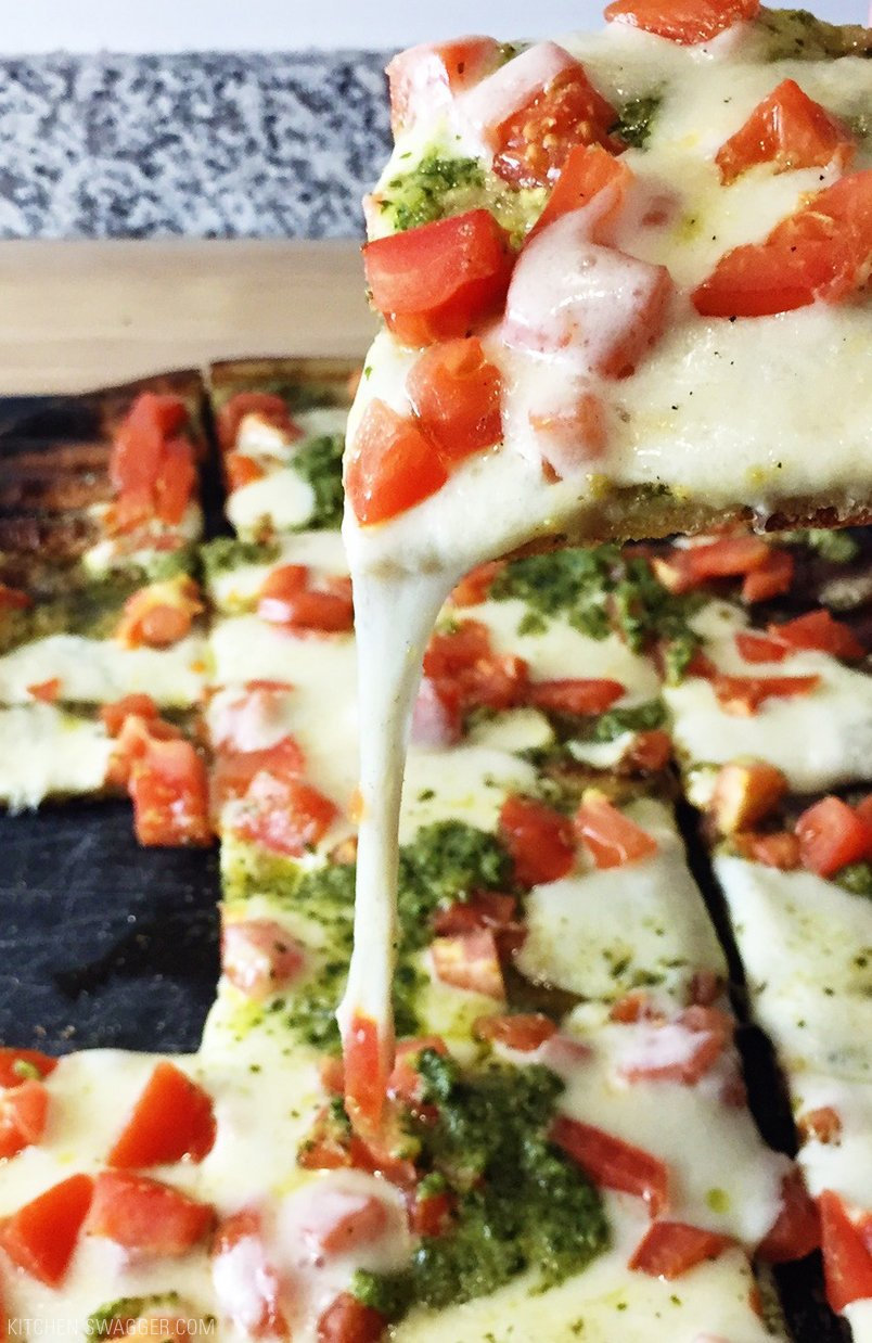 30 Days of Healthy Grilling Recipes - Grilled Flatbread Pesto Margherita Pizza via Kitchen Swagger | https://www.roseclearfield.com