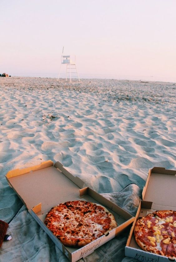 Summer Inspiration - Pizza on the Beach | https://www.roseclearfield.com