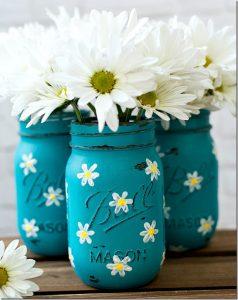 Spring Mason Jar Decor - Painted Daisy Mason Jars via Mason Jar Crafts Love | https://www.roseclearfield.com