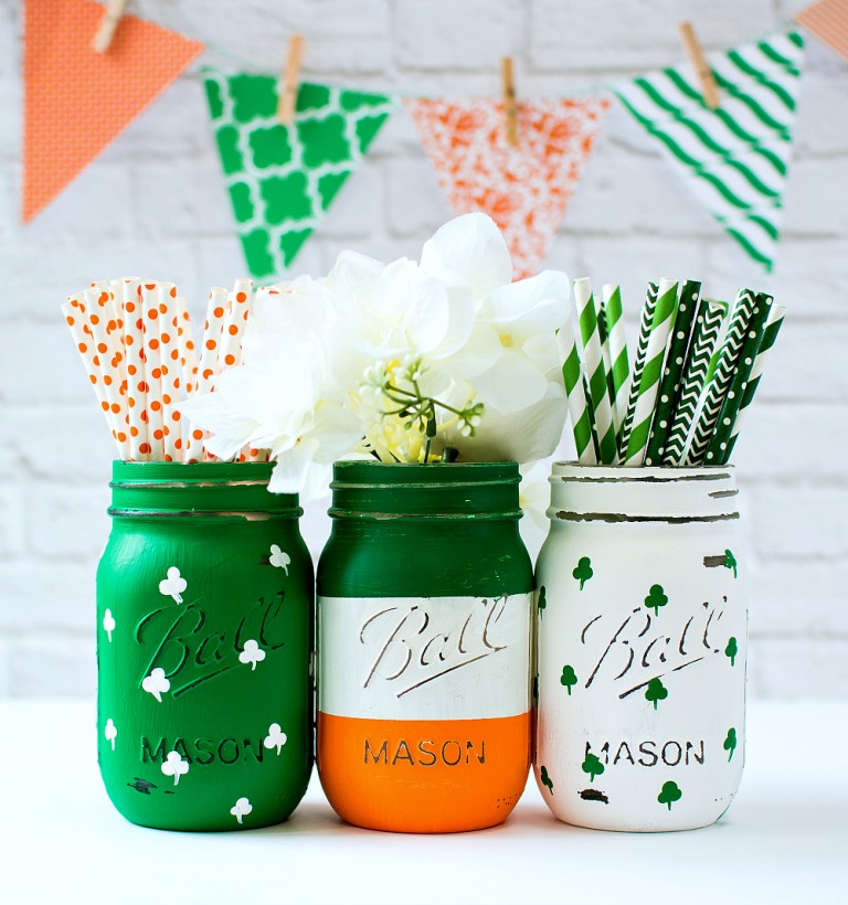 St. Patrick's Day Irish Flag and Painted Shamrock Mason Jars via Mason Jar Crafts Love | https://www.roseclearfield.com