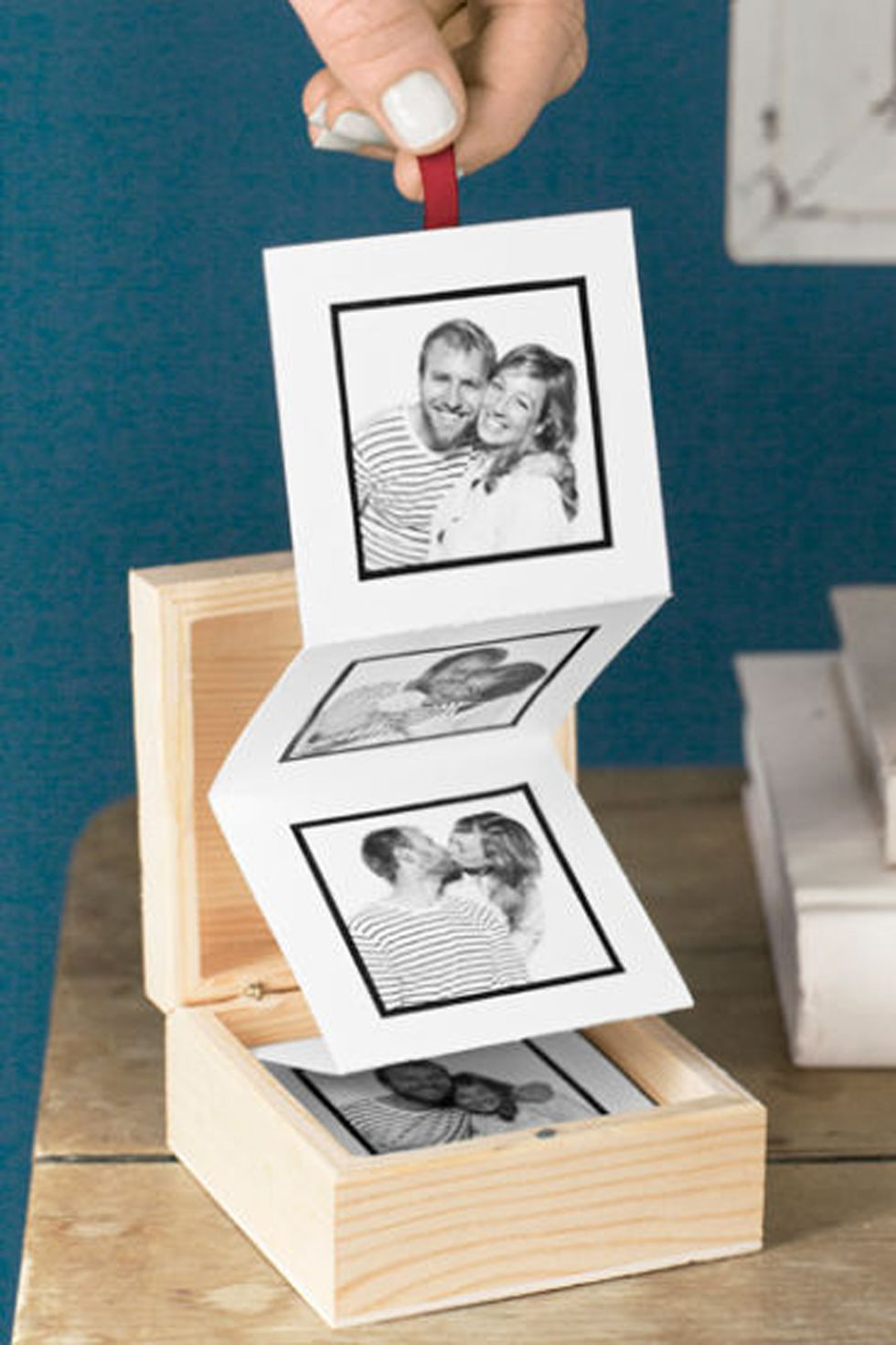 Unique Mother's Day Photo Gift Ideas - Accordion Photo Album via Country Living | https://www.roseclearfield.com