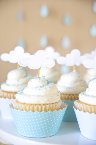 April Showers Bring May Flowers Baby Shower - Cloud Cupcakes via Dicas pra Mamae | https://www.roseclearfield.com