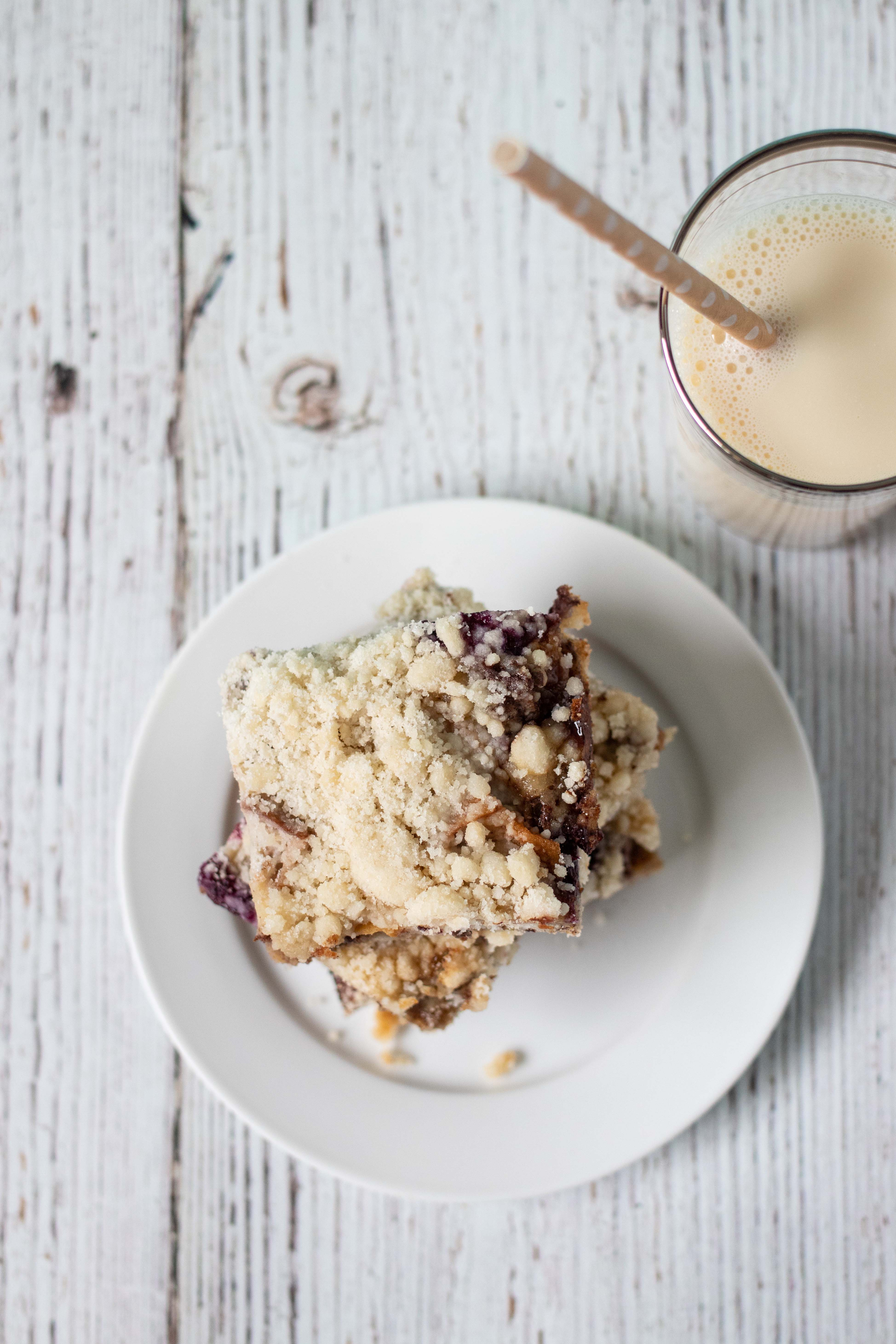Blueberry Peach Cobbler Bars from The Pretty Dish | https://www.roseclearfield.com