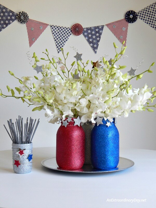 4th of July Mason Jar Decor - Sparkly 4th of July Mason Jars via An Extraordinary Day | https://www.roseclearfield.com