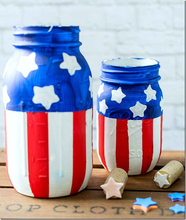 4th of July Mason Jar Decor - Stars and Stripes Mason Jars via Mason Jar Crafts Love | https://www.roseclearfield.com