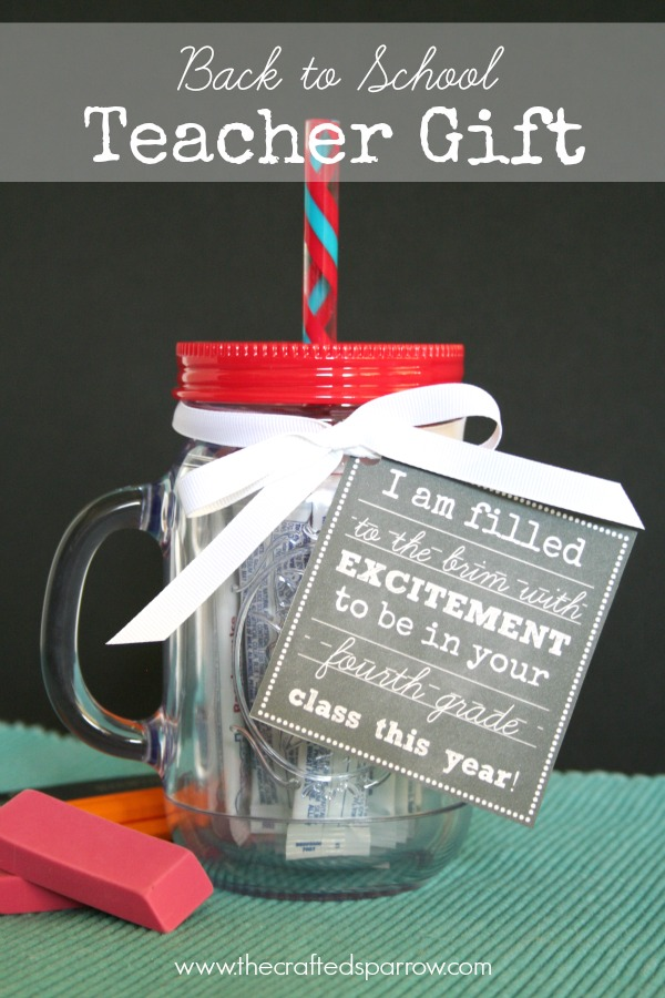 DIY Back to School Mason Jar Teacher Gifts - Back to School Mason Jar Teacher Gift with Free Chalkboard Printables via The Crafted Sparrow | https://www.roseclearfield.com