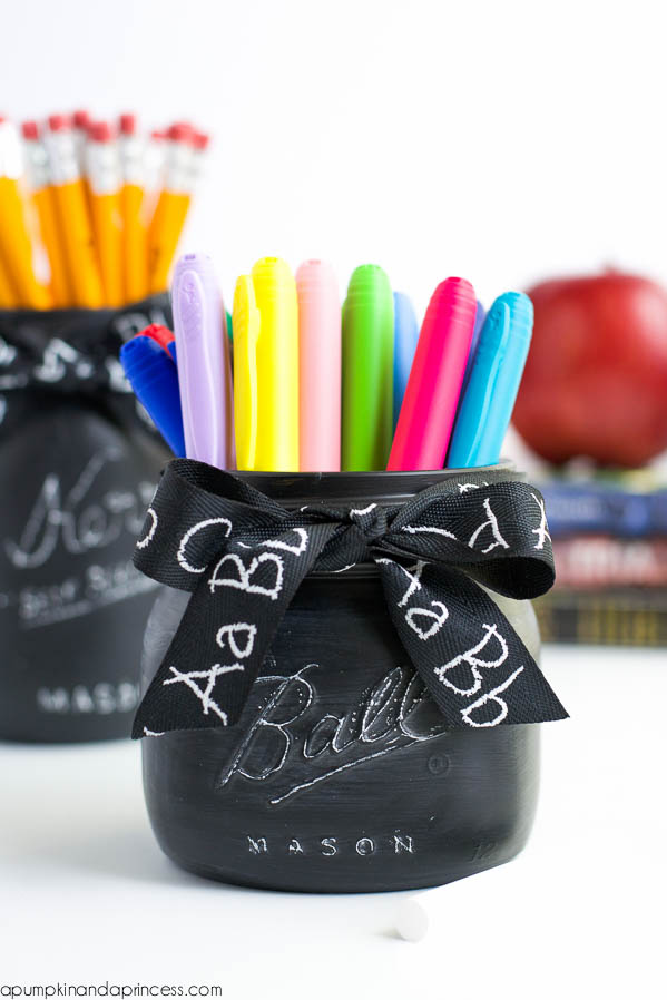 DIY Back to School Mason Jar Teacher Gifts - Chalkboard Mason Jar Teacher Gift via A Pumpkin and a Princess | https://www.roseclearfield.com