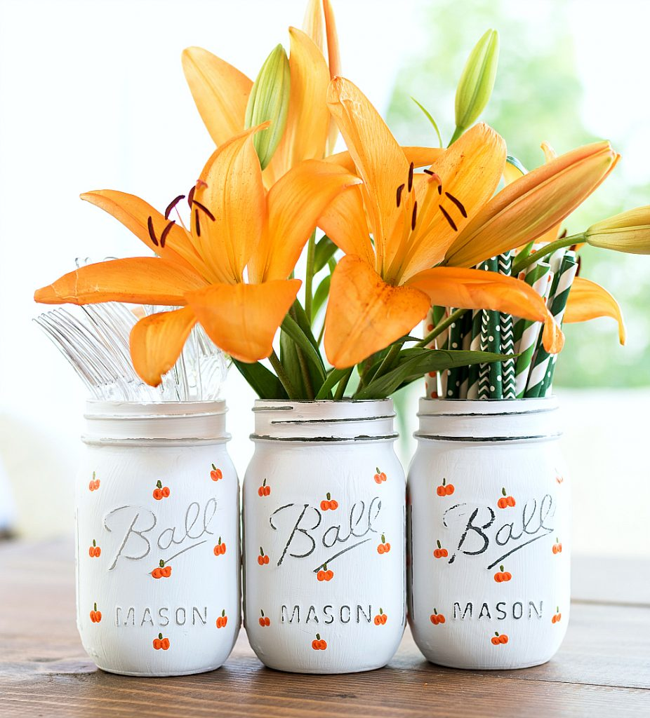 DIY Fall Mason Jar Decor - Pumpkin Mason Jar Craft via Mason Jar Crafts Love | https://www.roseclearfield.com