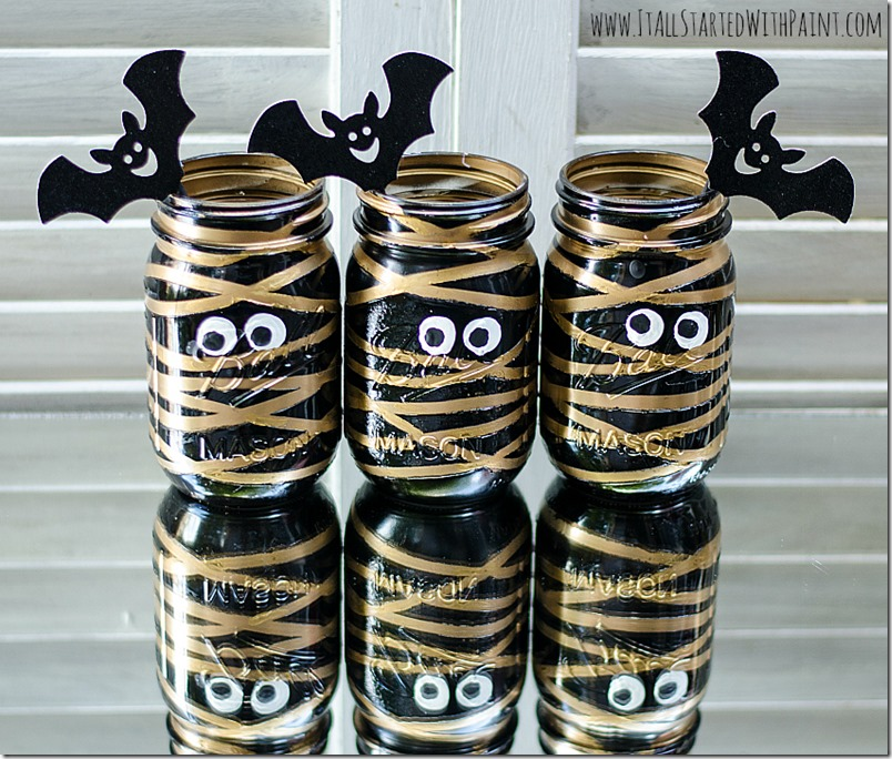DIY Halloween Mason Jar Decor - Mummy Mason Jars via It All Started With Paint | https://www.roseclearfield.com