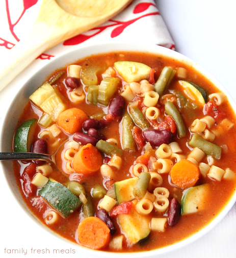 30 Days of Healthy Slow Cooker Dinner Recipes - Crockpot Minestrone Soup via Family Fresh Meals | https://www.roseclearfield.com