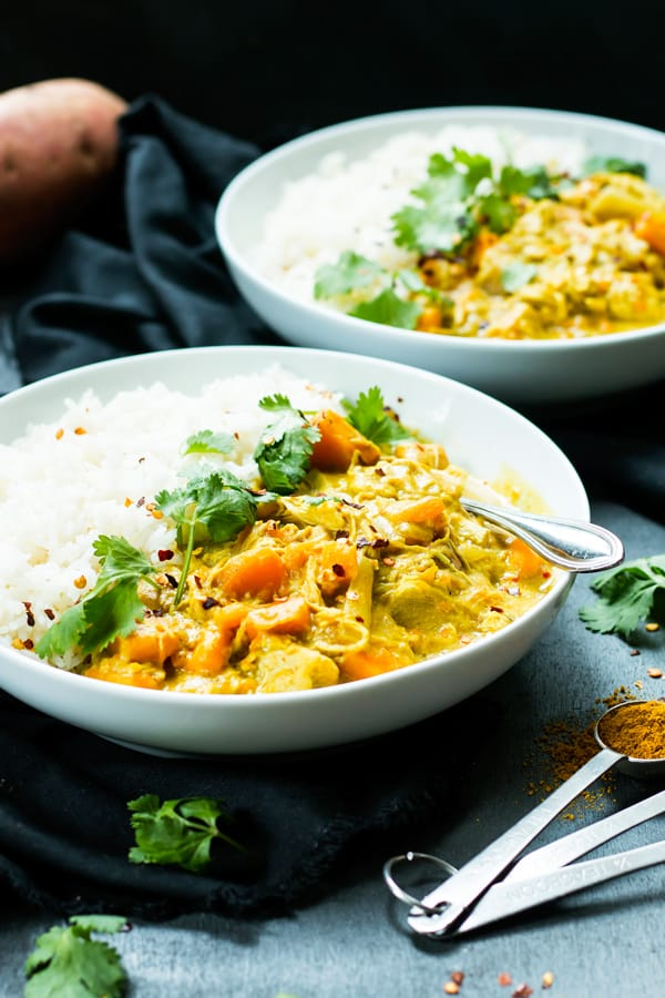 30 Days of Healthy Slow Cooker Dinner Recipes - Slow Cooker Chicken Curry with Coconut Milk via Evolving Table | https://www.roseclearfield.com