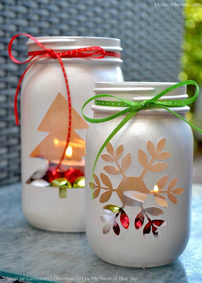 DIY Christmas Mason Jar Decor - DIY Christmas Mason Jar Holiday Lights via Modern Masters Cafe | https://www.roseclearfield.com