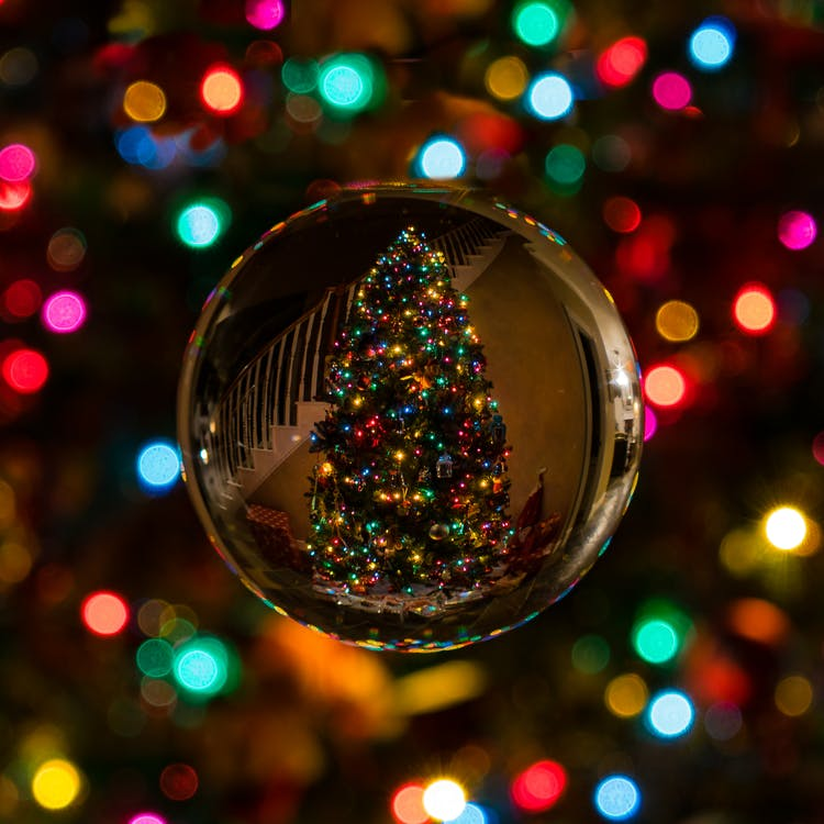 20 Creative Holiday Photo Ideas - Glass Bauble Reflecting Christmas Tree via Bob SpringBob54 on Pexels | https://www.roseclearfield.com