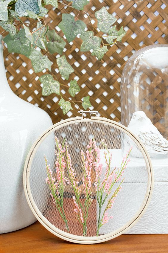 Spring embroidery hoop wreath decor: tulle and faux flowers fill out this embroidery hoop perfectly for spring, via A Pretty Fix #spring #wreath #floraldecor | https://www.roseclearfield.com