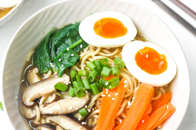 30 Healthy Ramen Noodle Recipes - Quick and Easy Vegetarian Ramen via Ahead of Thyme | https://www.roseclearfield.com