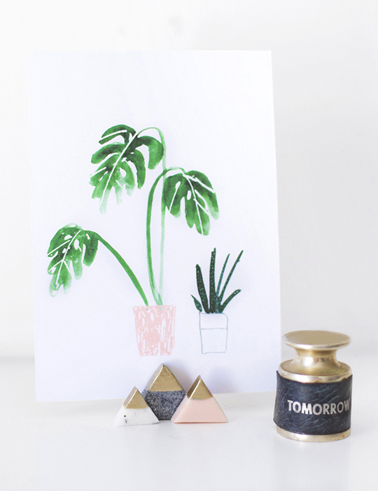 DIY mini mountain photo holders via Sugar and Cloth. I love the gold dipped tops! #DIY #photoholders #golddipped | https://www.roseclearfield.com
