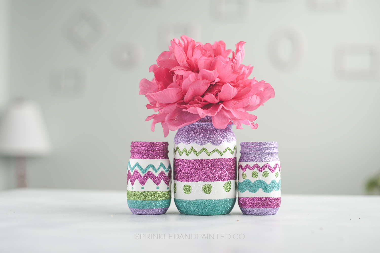 Glitter adds a fun touch to these Easter egg mason jars, via KA Styles. #Easter #masonjars #glittercraft | https://www.roseclearfield.com