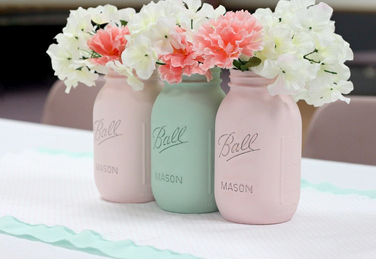 Pastel painted mason jar vases are perfect for Easter home decor. via Love of Family and Home #Easter #masonjars #DIY | https://www.roseclearfield.com