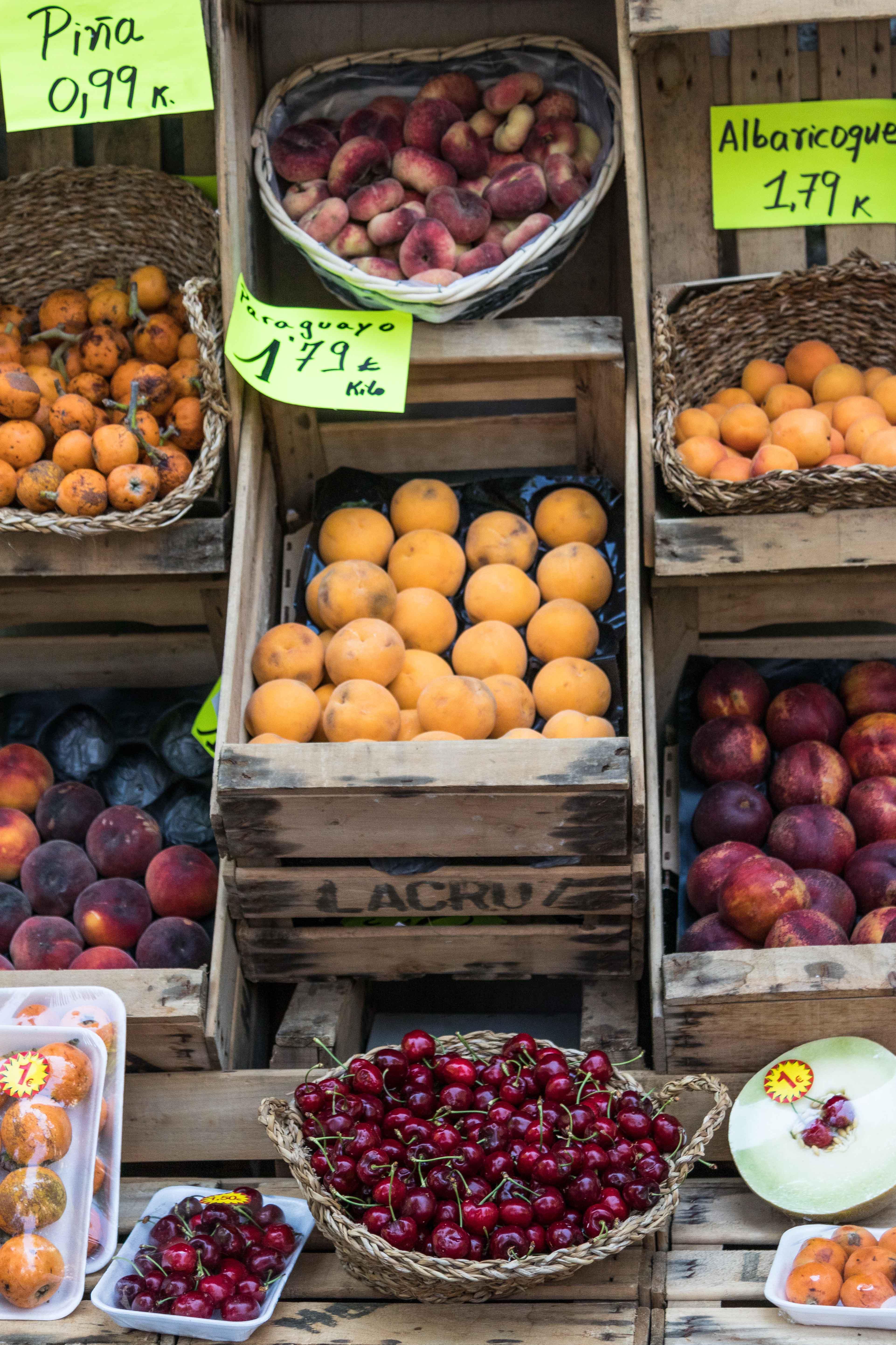 Farmers market stand in Barcelona, Spain. #farmersmarket #farmstand #freshproduce | https://www.roseclearfield.com