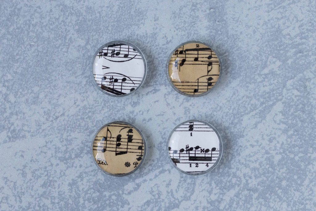DIY sheet music glass magnets. Easy home decor project to give as gifts or party favors. #DIY #sheetmusiccraft #glassmagnets